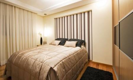 quarto de casal pequeno decorado bege simples