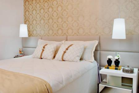 quarto de casal pequeno com papel de parede arabesco