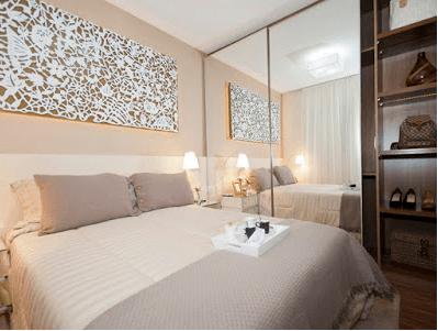 Fotos de decoração de quarto de casal pequeno com roupeiro