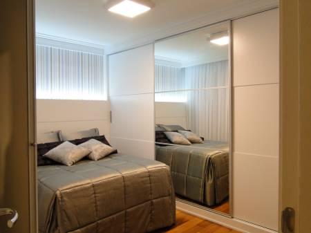Dicas criativas para quarto de casal pequeno com guarda roupa
