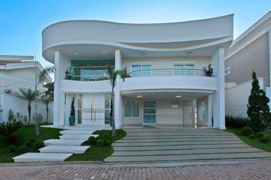 fachada de sobrado moderno com arquitetura ondulada