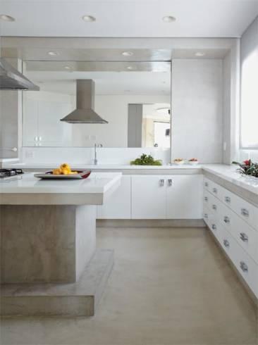 Cozinha com armarios brancos e piso e bancada de Cimento queimado