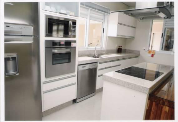 Fotos de cozinhas clean com bancada de granito branco