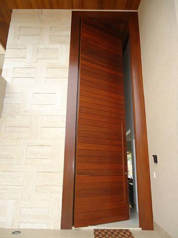 porta pivotante de madeira extremamente alta