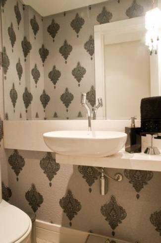 Papel de parede branco com arabesco para lavabo
