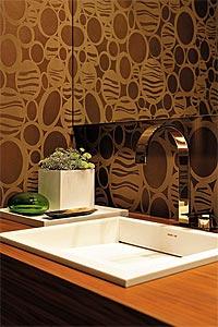 Fotos de lavabos rústicos com papel de parede diferente