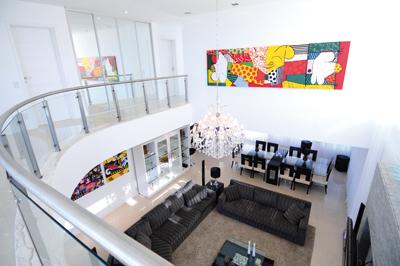 Fotos de salas com Pé direito duplo decoradas com quadros