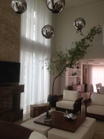 Decoração de sala com pé direito duplo com plantas e folhagens