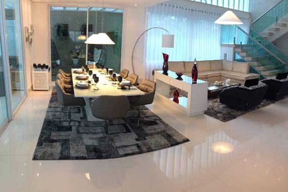 Sala com porcelanato polido moderna decorada