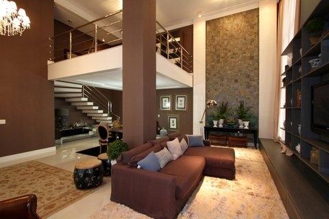 Sala com pé direito duplo e parede com mosaicos
