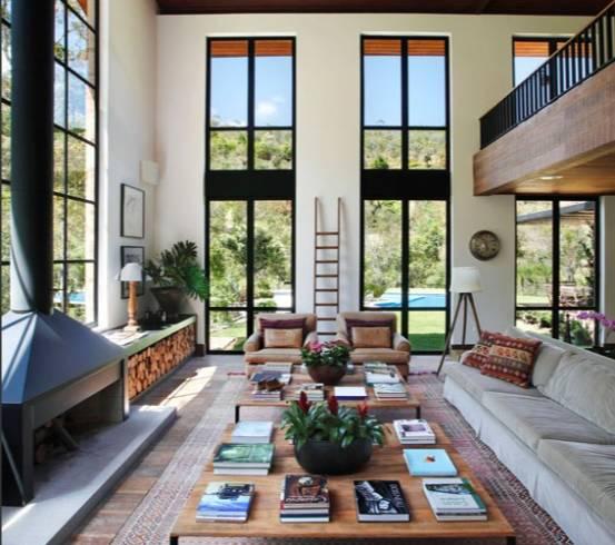 Sala com lareira e pé direito duplo decorada