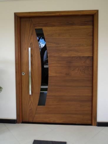 Modelos de porta pivotante de madeira
