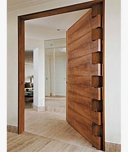 Fotos de porta pivotante de madeira dentada rústica