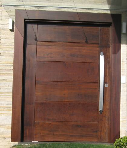 Fotos de portas de entrada pivotantes com puxador grande