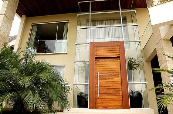 Fotos de porta pivotante com painel de madeira fixo