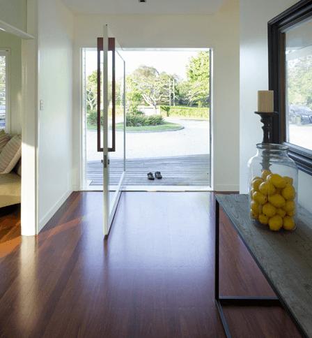 Fotos de decoração de casa com porta pivotante de vidro
