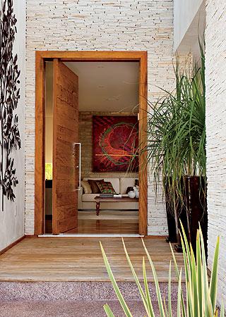 Fotos de portas pivotantes de madeira para sobrados