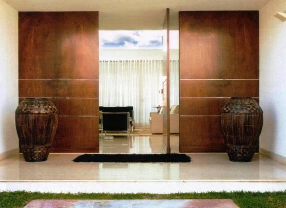 Decoração de hall de entrada com porta pivotante