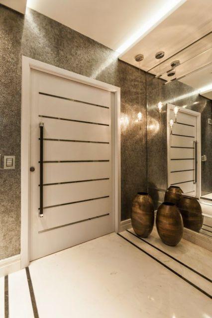 porta pivotante branca com detalhes espelhados