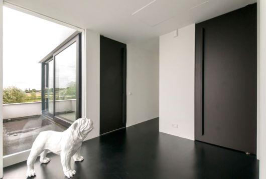 porta pivotante completamente preta