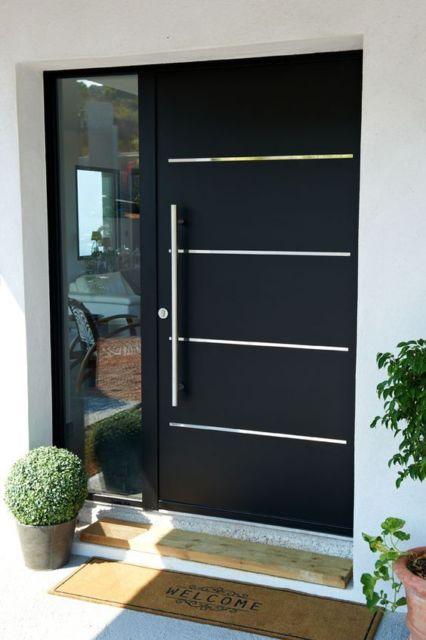 porta pivotante preta com linhas espelhadas