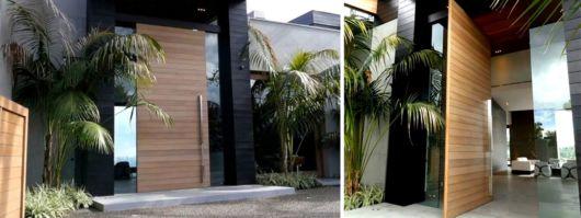 porta pivotante alta de madeira