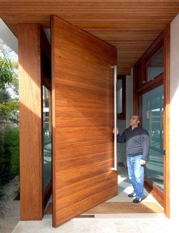 porta pivotante alta e larga, de madeira