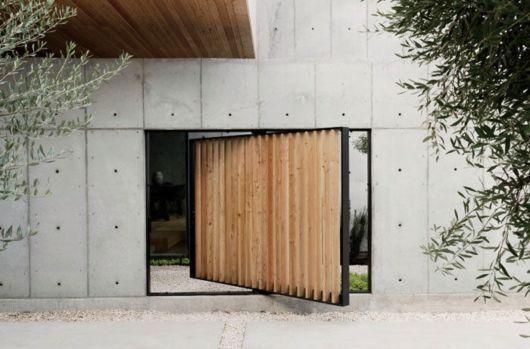 porta pivotante de madeira vazada