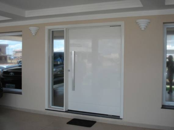Tipos de porta pivotante de alumínio com vidro lateral