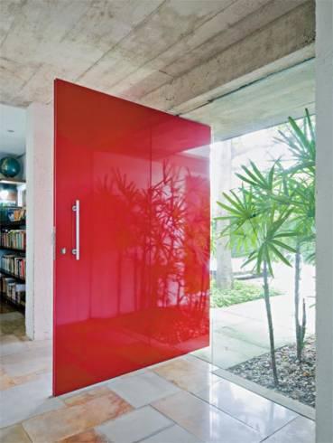 Fotos de portas pivotantes vermelhas em sobrados