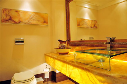 Fotos de banheiros com bancada de mármore iluminado onix slimstone