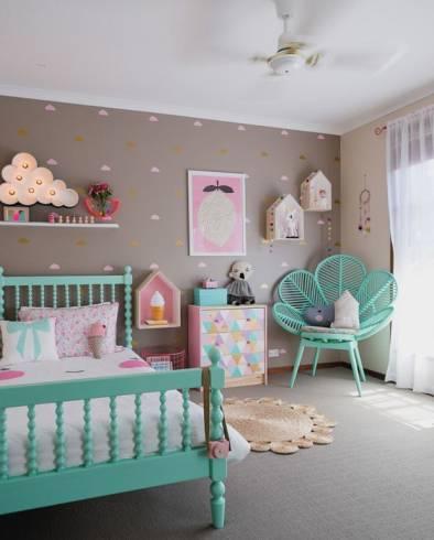 Dicas de decoração para quarto feminino bege com móveis coloridos