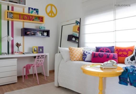 Fotos de quarto de menina moderno branco com móveis coloridos
