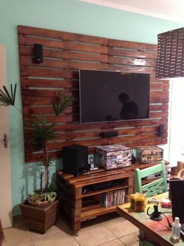 nesse projeto a sala ganhou painel e rack de paletes as madeiras