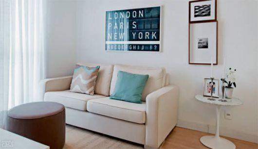Decoração de sala pequena clean com sofá bege