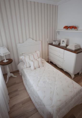 Fotos de quartos de solteiro clean decorados com papel de parede