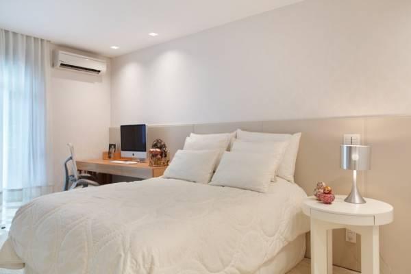 Fotos de quartos de casal com home office clean decorados