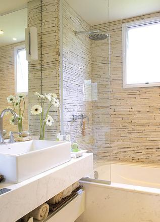Fotos de banheiros clean com cuba de apoio e banheira