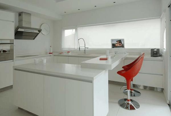 Imagens de cozinhas clean com banquetas vermelhas