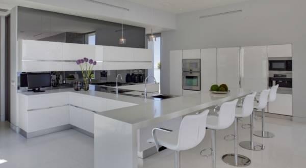 Decoração com estilo clean em cozinha branca