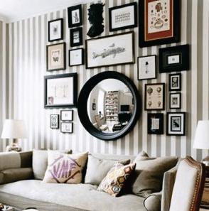 Decoração de parede com espelhos na sala de estar