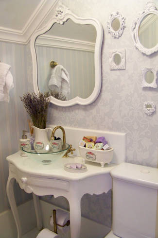 Fotos de quarto decorado com espelho provençal branco