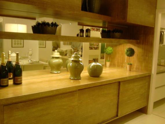 Usar espelhos no fundo das prateleiras da estante