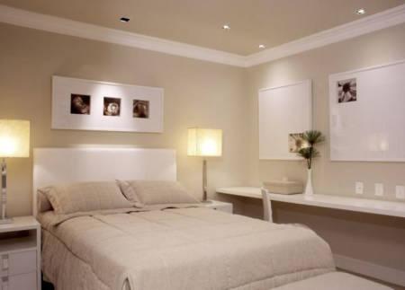 Imagens de quartos de casal simples decorados com tons neutros