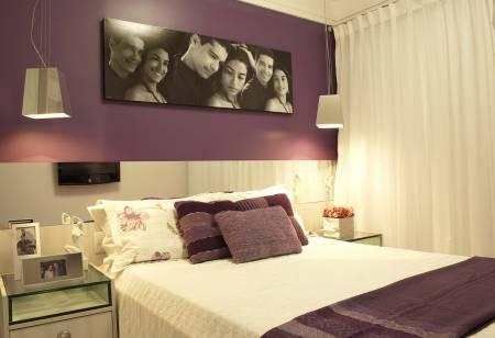 Fotos de Decoração de quarto de casal simples com parede roxa