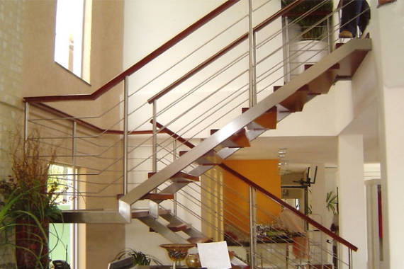 Projetos de escadas com vigas laterais e degraus de madeira