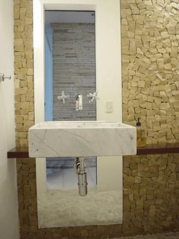Lavabo com mármore carrara e pedras decorativas