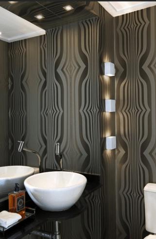 Lavabo decorado com papel de parede preto