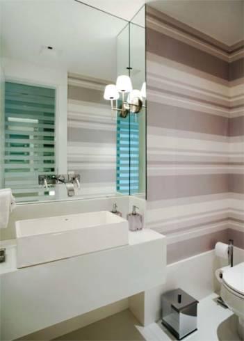 Projetos de lavabos decorados com espelho até o teto e papel de parede listrado
