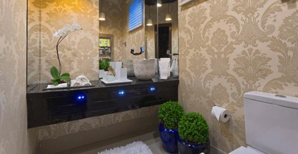 Dicas de decoração de lavabo com papel de parede bege
